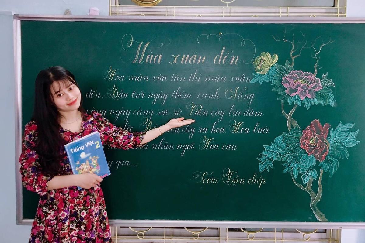 Co giao xu Hue ve tranh tren bang khien hoc sinh