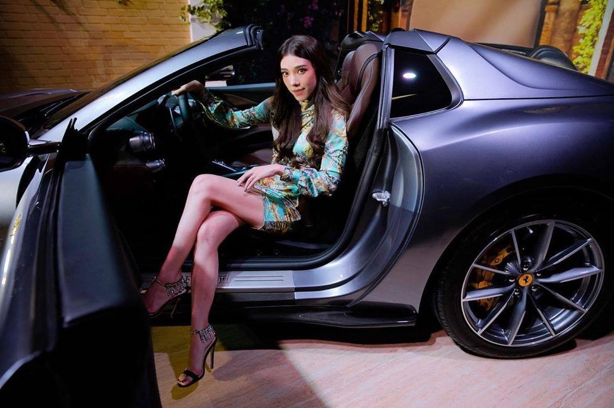 Hot girl lai voi dan sieu xe chang kem Minh Nhua la ai?
