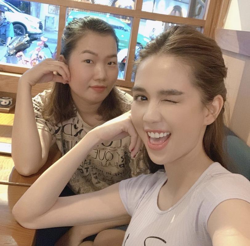 Tro ly Ngoc Trinh dang status cuc cang, dan tinh vao hoi tham