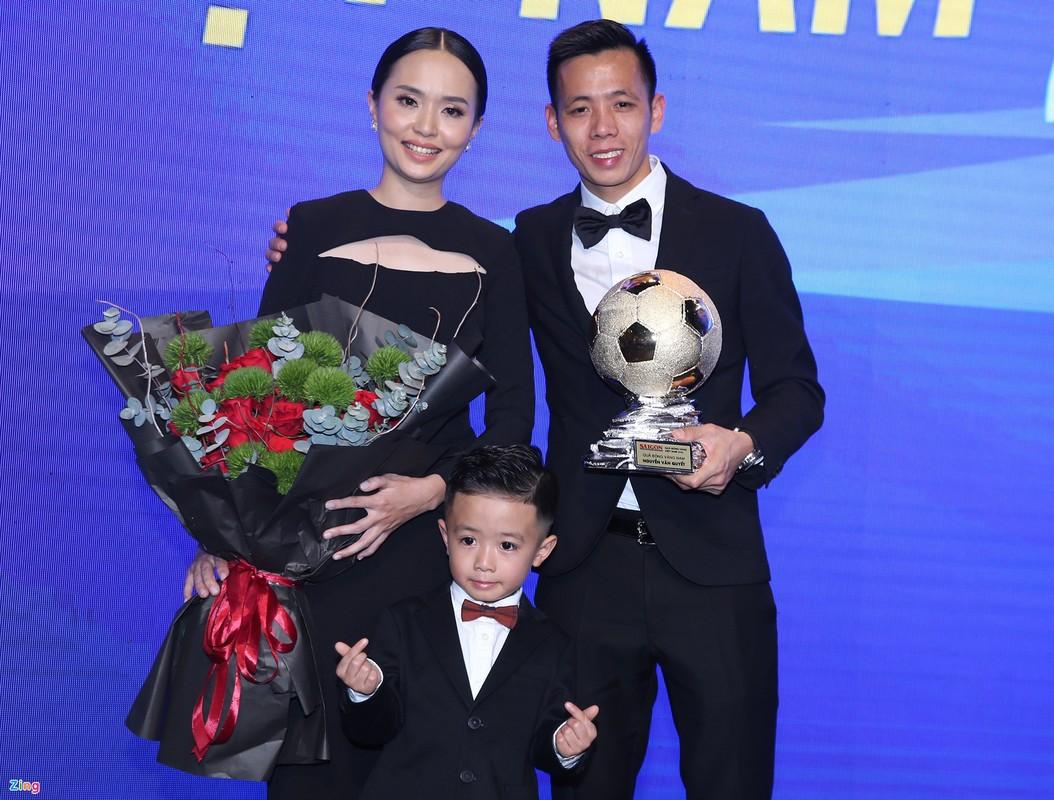 Con trai Van Quyet om chat Qua bong Vang cua cha-Hinh-4