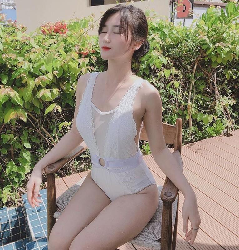 Hoi gai xinh yeu cau thu Viet khoe dang nong bong voi bikini