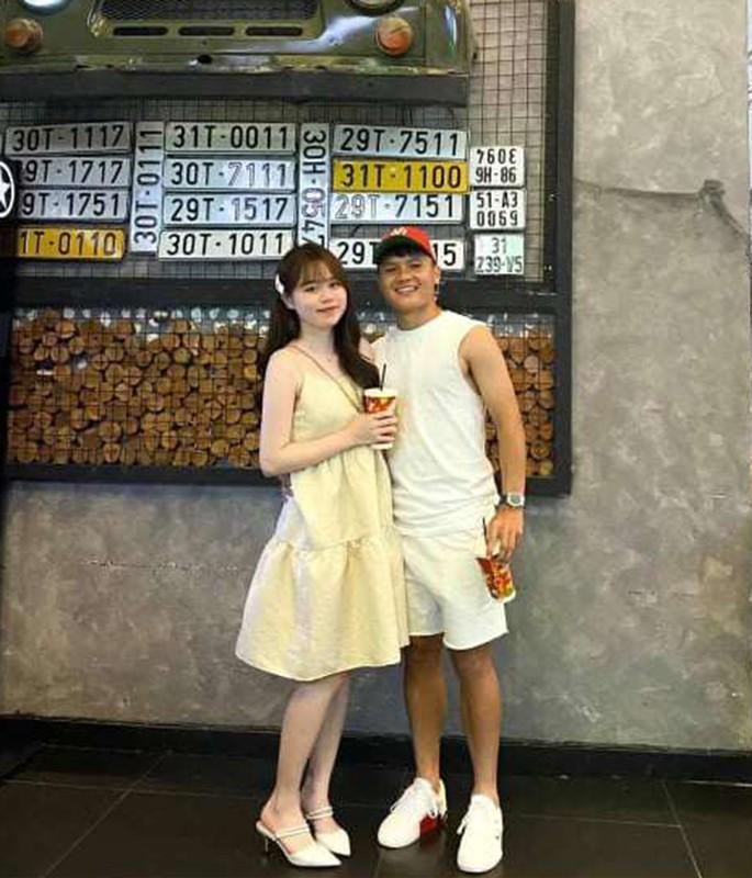 Mac quan bo sat, ban gai cu Quang Hai khoe 3 vong chuan chi