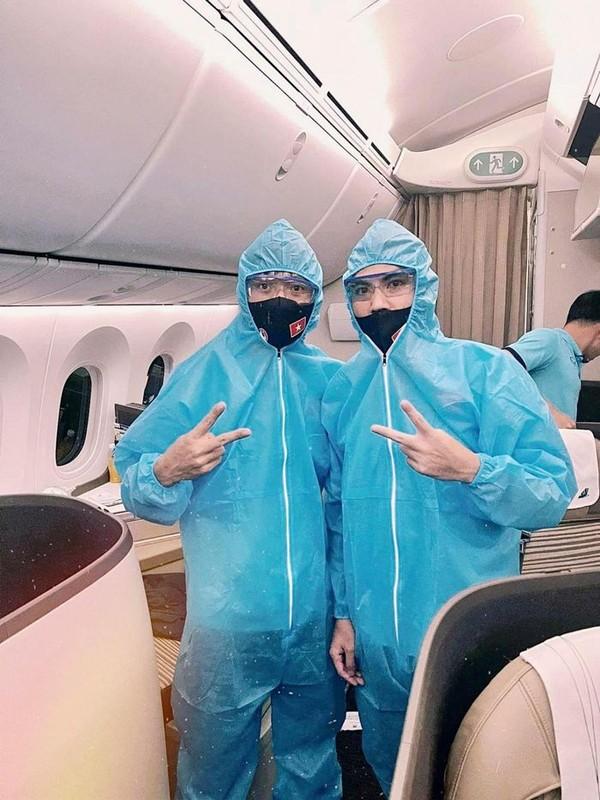 ĐT Việt Nam mặc đồ bảo hộ, xét nghiệm COVID-19 khi tới UAE