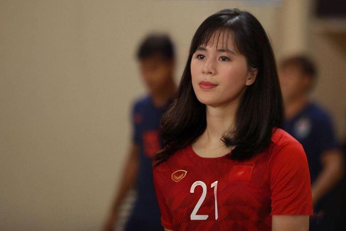 Truoc tran Malaysia, cau thu doi tuyen Viet Nam bong hoa gai xinh-Hinh-10