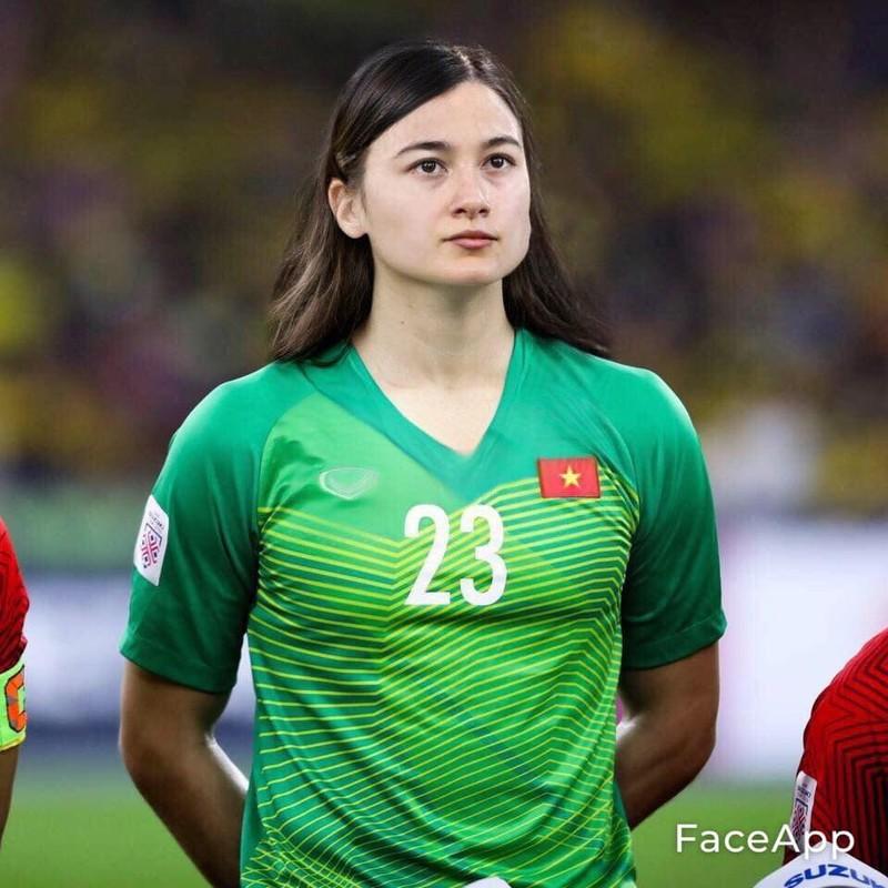 Truoc tran Malaysia, cau thu doi tuyen Viet Nam bong hoa gai xinh-Hinh-6