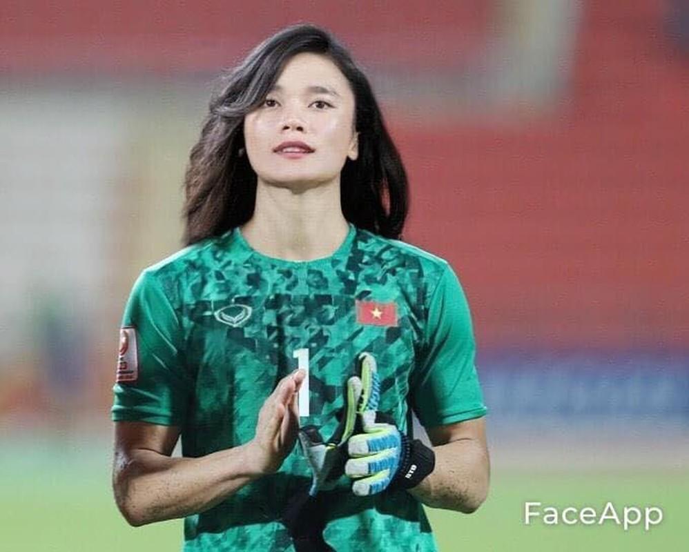 Truoc tran Malaysia, cau thu doi tuyen Viet Nam bong hoa gai xinh-Hinh-8