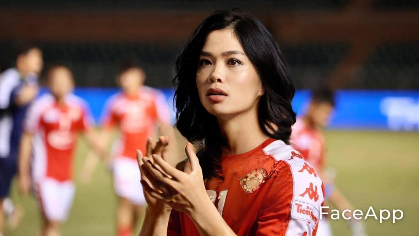 Truoc tran Malaysia, cau thu doi tuyen Viet Nam bong hoa gai xinh-Hinh-9