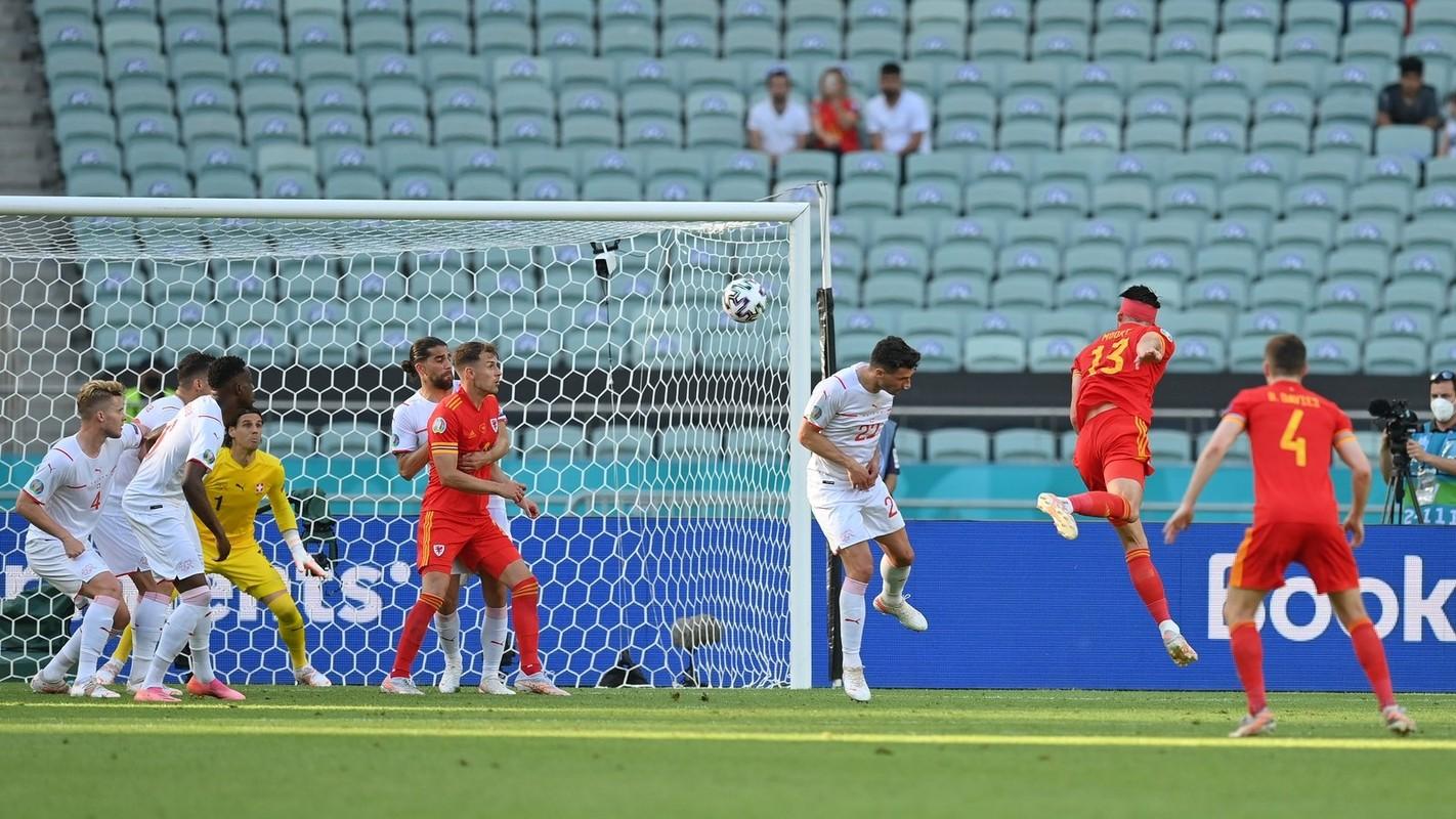 VCK EURO 2020: Choi hay, Thuy Si hoa dang tiec voi Xu Wales-Hinh-10