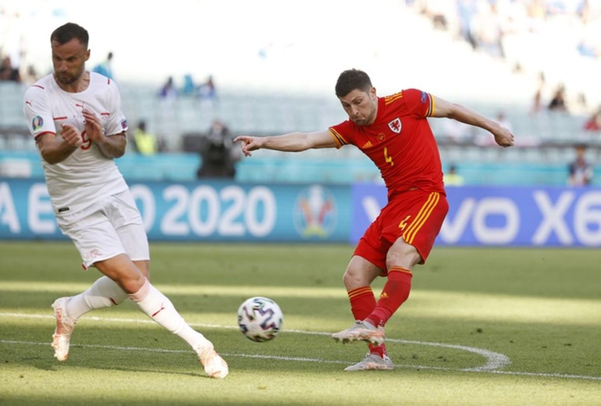 VCK EURO 2020: Choi hay, Thuy Si hoa dang tiec voi Xu Wales-Hinh-13