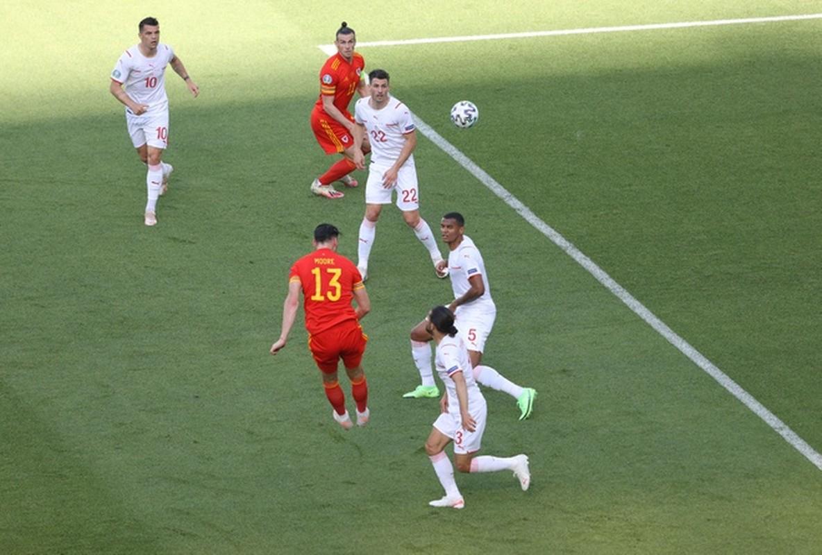 VCK EURO 2020: Choi hay, Thuy Si hoa dang tiec voi Xu Wales-Hinh-2