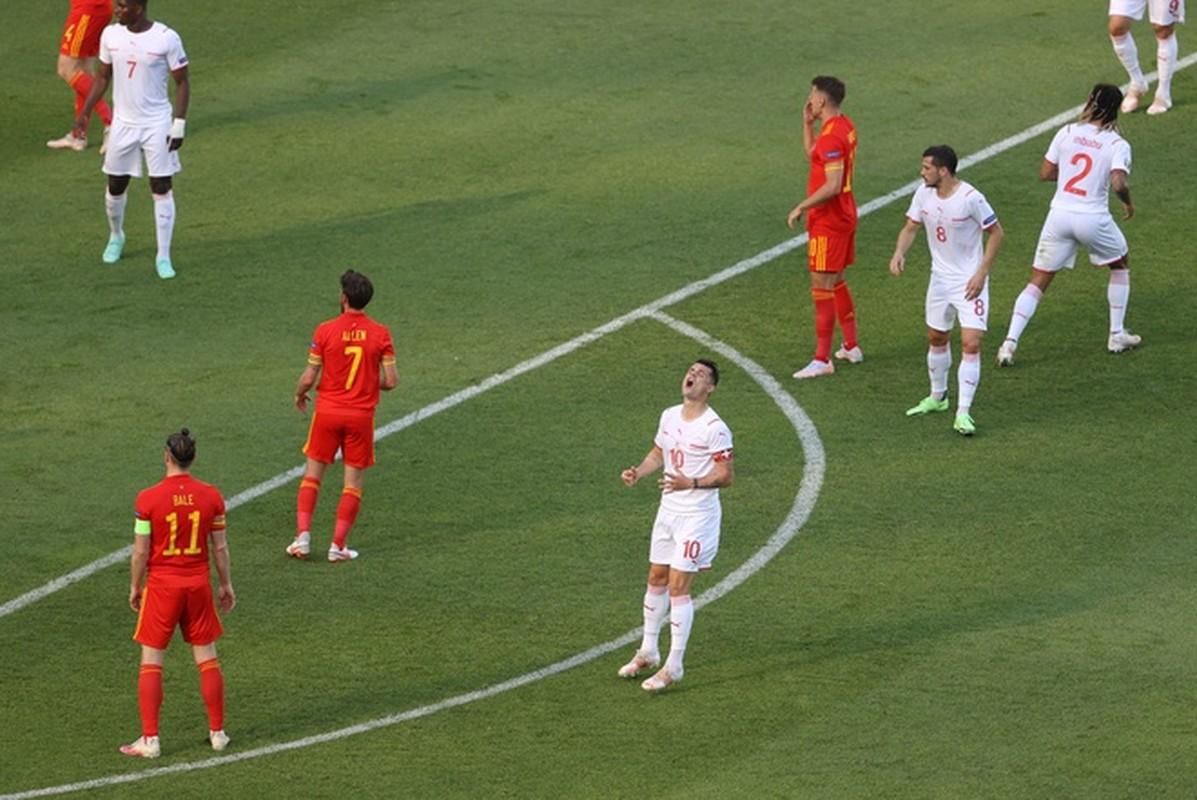 VCK EURO 2020: Choi hay, Thuy Si hoa dang tiec voi Xu Wales-Hinh-4