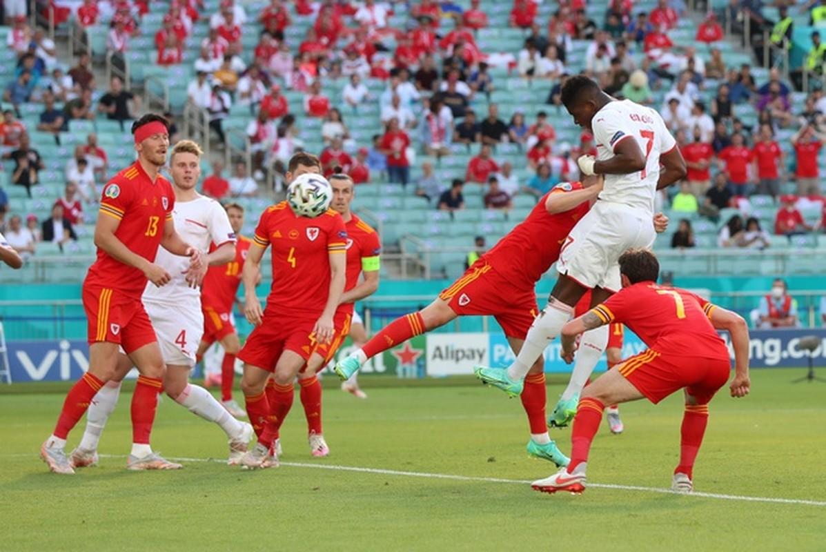 VCK EURO 2020: Choi hay, Thuy Si hoa dang tiec voi Xu Wales-Hinh-5
