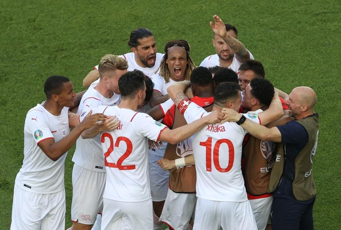 VCK EURO 2020: Choi hay, Thuy Si hoa dang tiec voi Xu Wales-Hinh-6