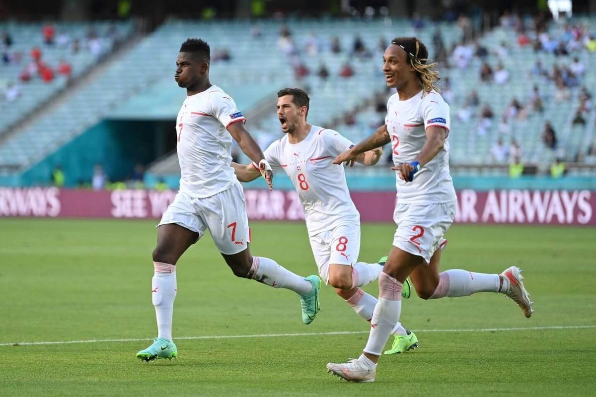VCK EURO 2020: Choi hay, Thuy Si hoa dang tiec voi Xu Wales-Hinh-7