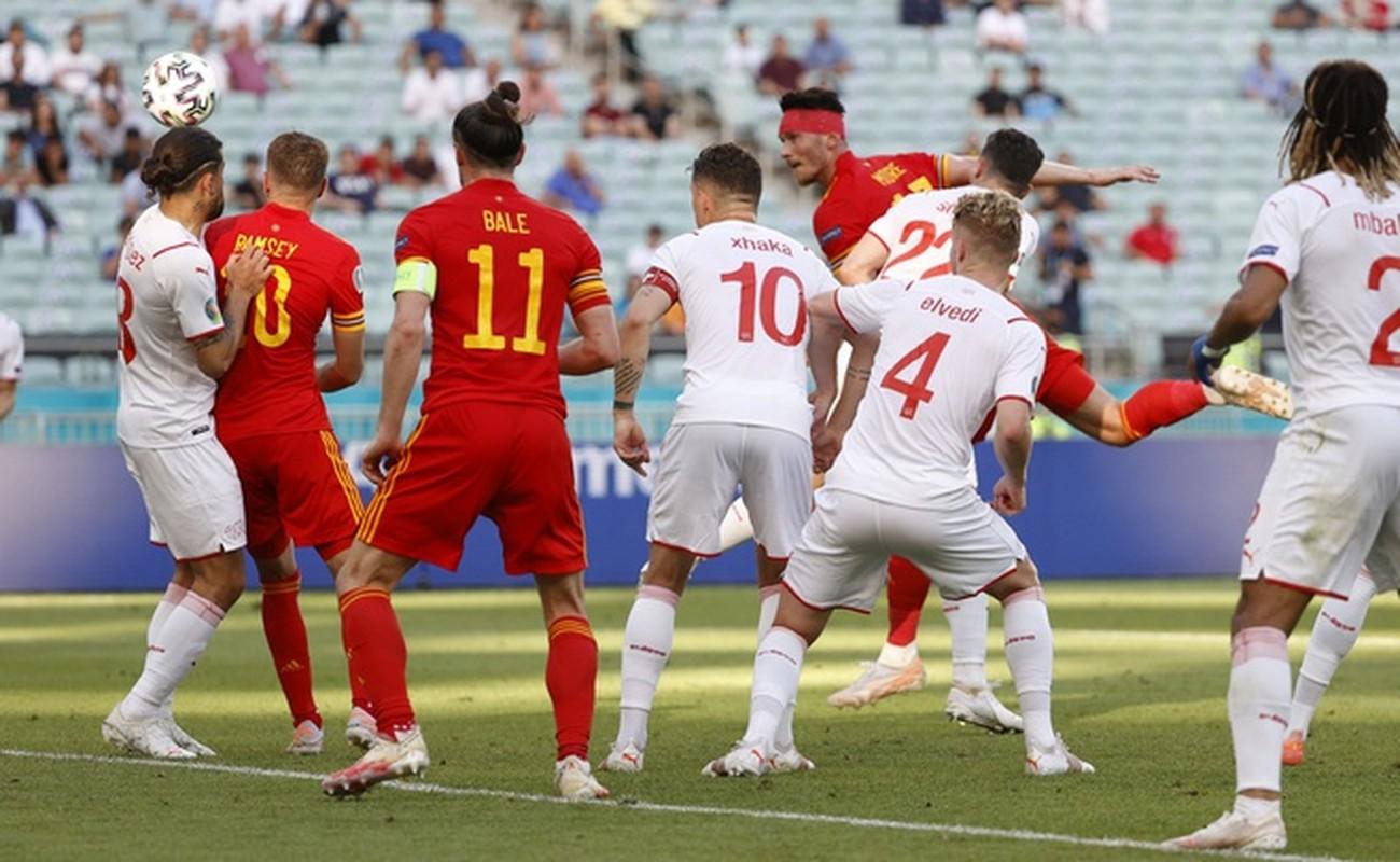 VCK EURO 2020: Choi hay, Thuy Si hoa dang tiec voi Xu Wales-Hinh-9