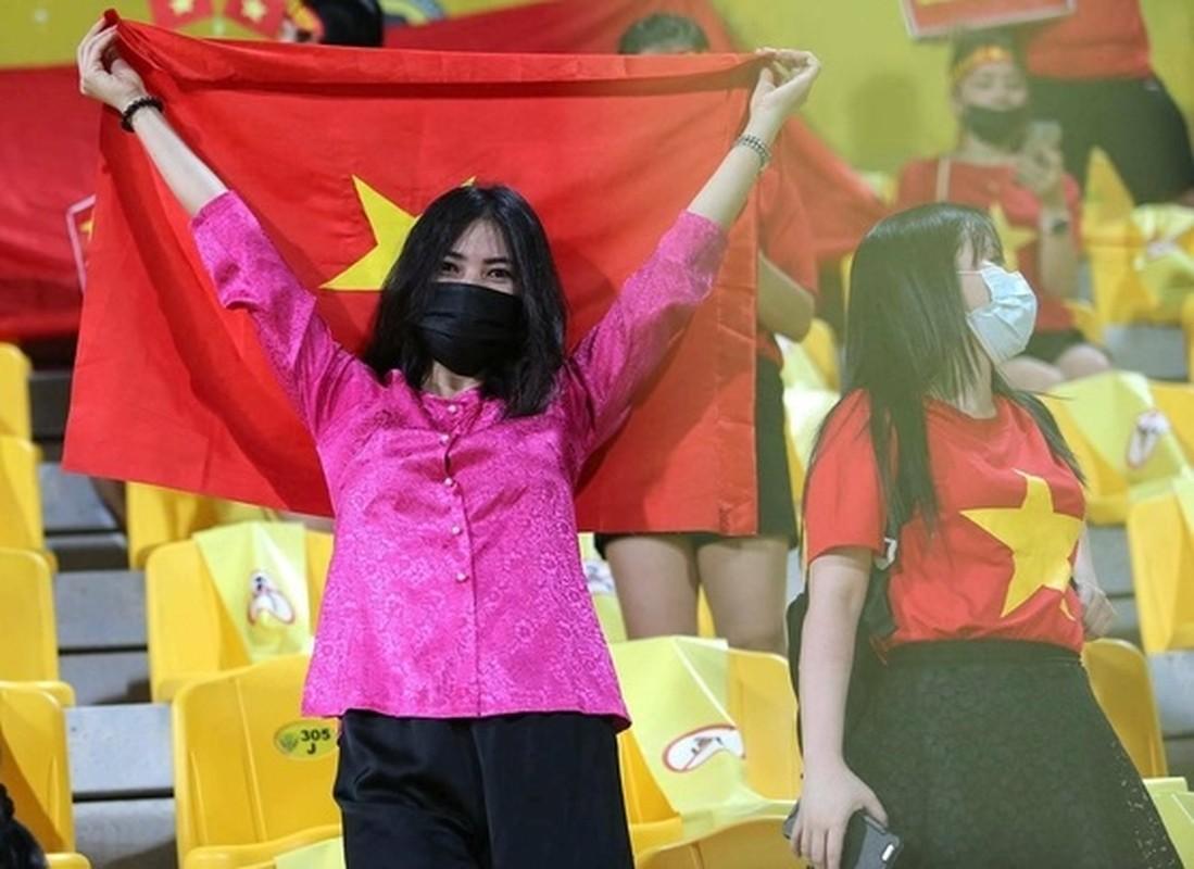 Dan nu CDV doi tuyen Viet Nam tren khan dai san Zabeel nhin ma me-Hinh-8