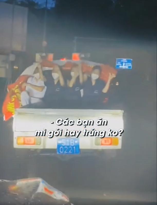 Xot xa tinh nguyen vien chong dich co ro giua con mua Sai Gon-Hinh-6