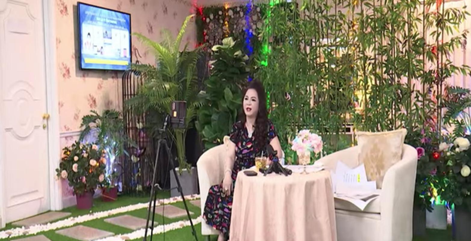 Bi che background livestream xau, ba Phuong Hang lien