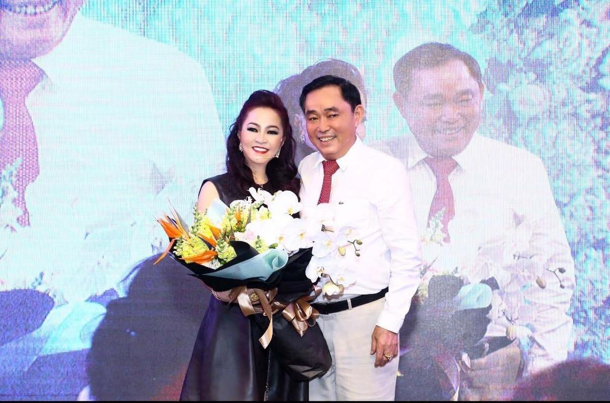 Netizen to mo cach doi xu voi con rieng cua chong ba Phuong Hang-Hinh-10