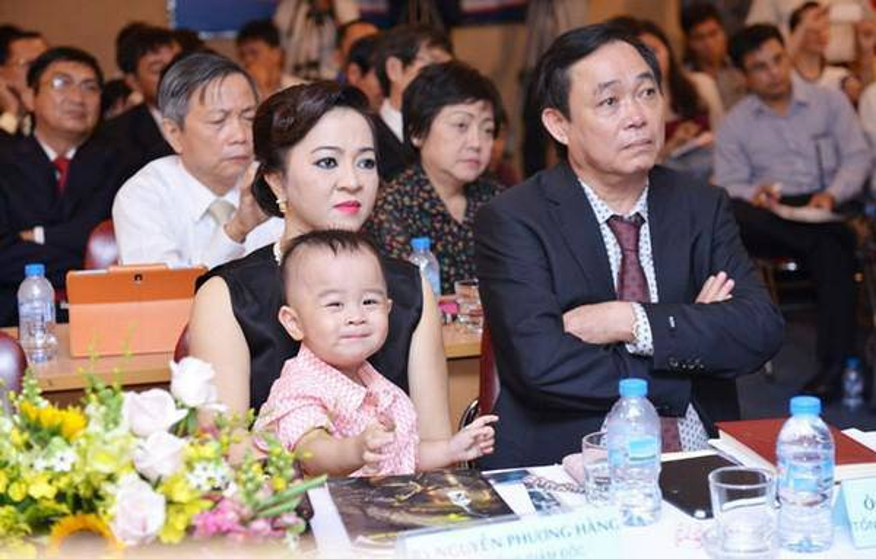 Netizen to mo cach doi xu voi con rieng cua chong ba Phuong Hang-Hinh-11