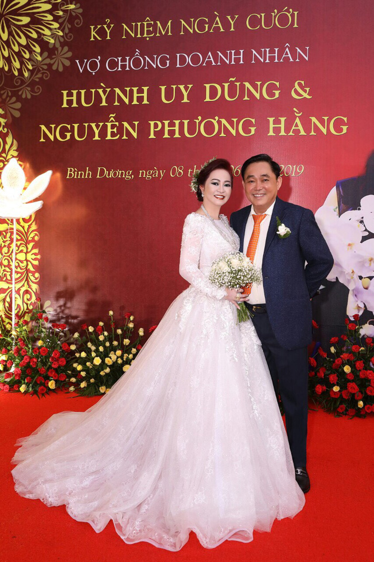 Netizen to mo cach doi xu voi con rieng cua chong ba Phuong Hang-Hinh-6