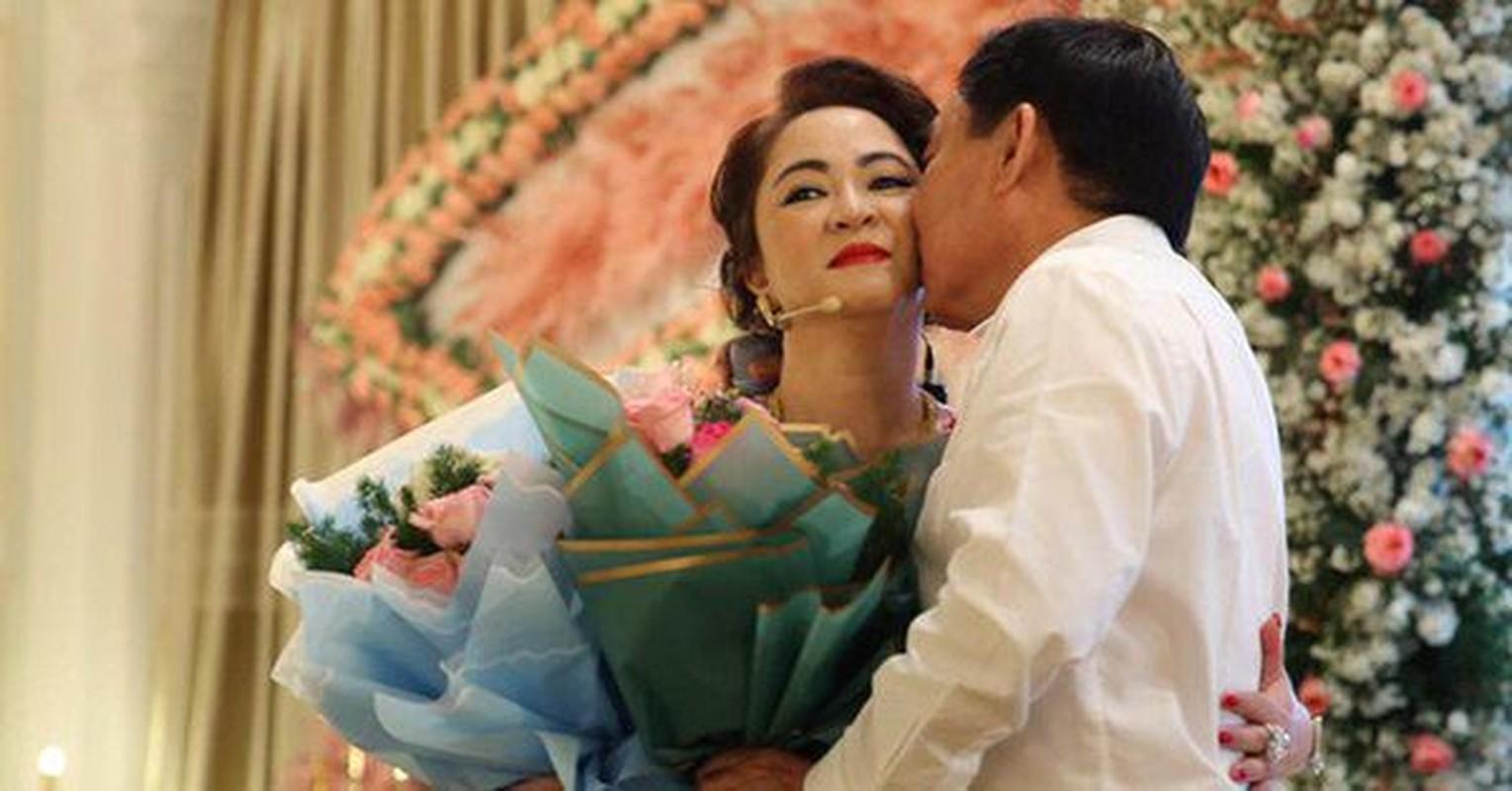 Netizen to mo cach doi xu voi con rieng cua chong ba Phuong Hang-Hinh-9
