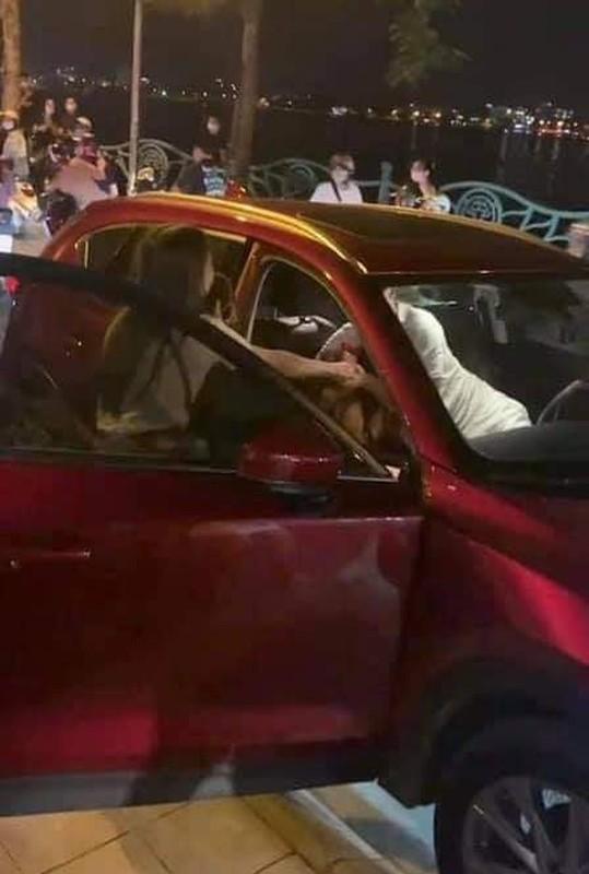 """Clip danh ghen Ho Tay xon xao coi mang, """"Tuesday"""" chiu tran trong xe"""
