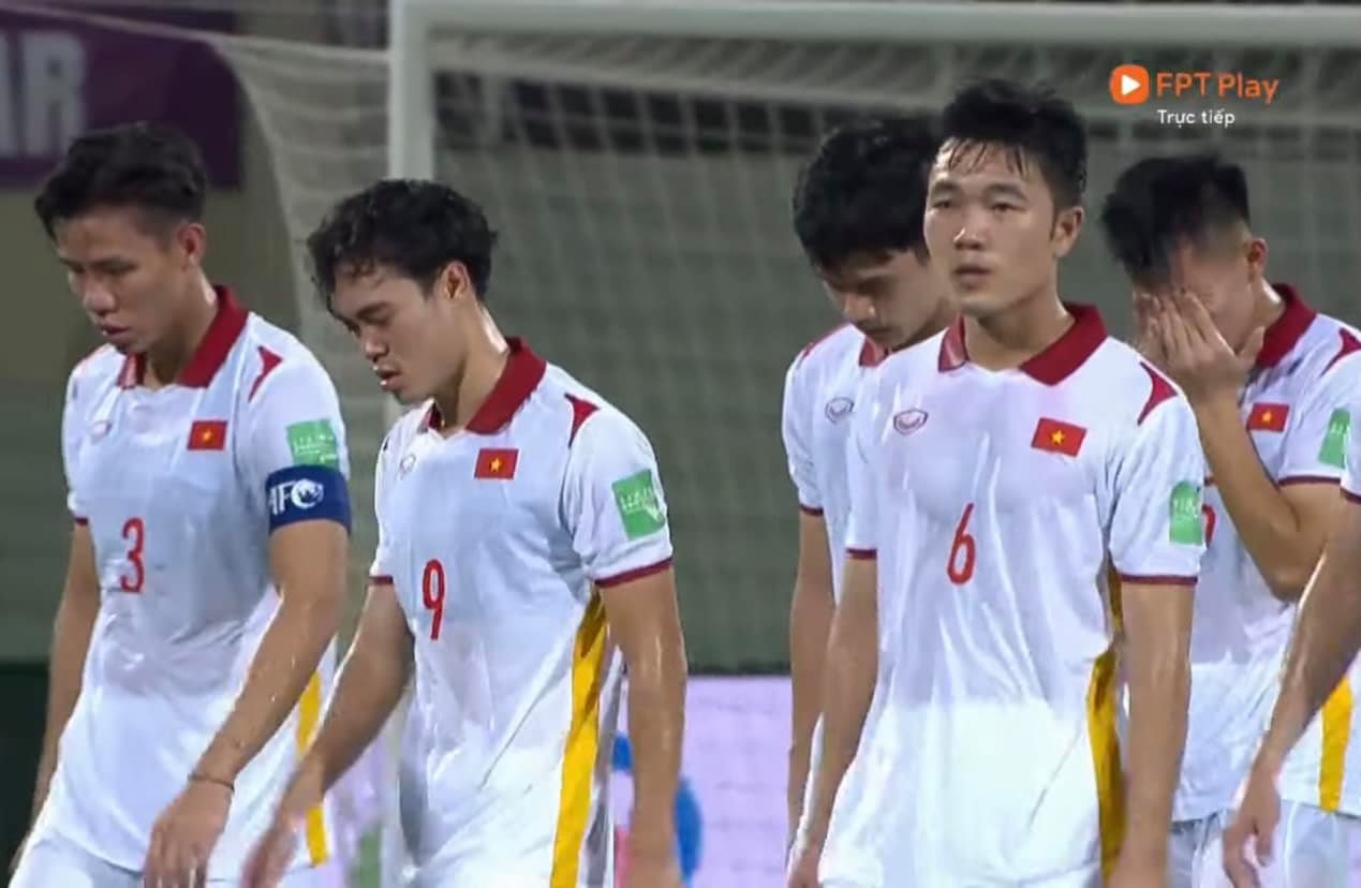 Thua Trung Quoc, cau thu doi tuyen Viet Nam roi le fan xot xa-Hinh-11