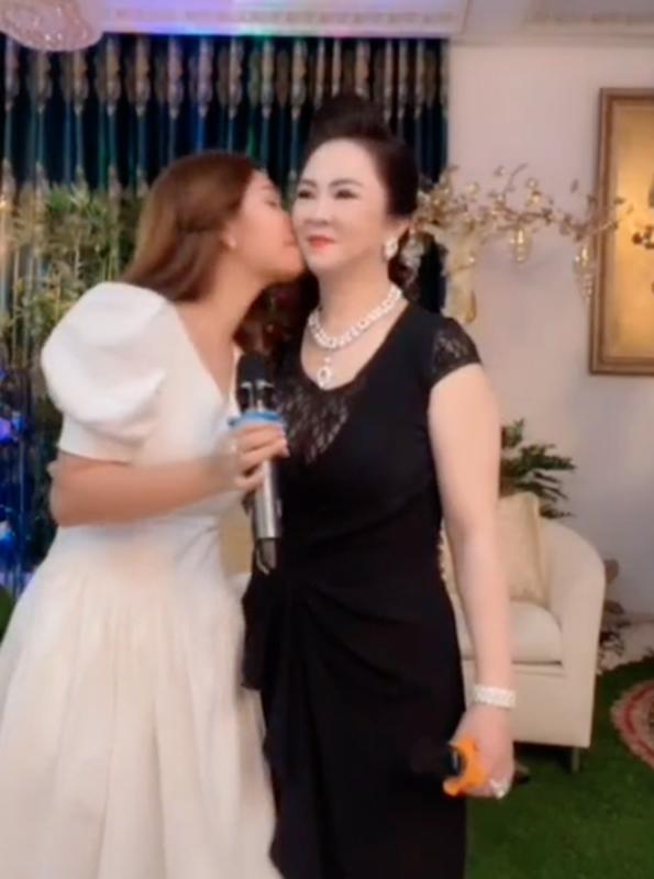 Con dau tuong lai hanh dong la khi ba Phuong Hang dang livestream-Hinh-8