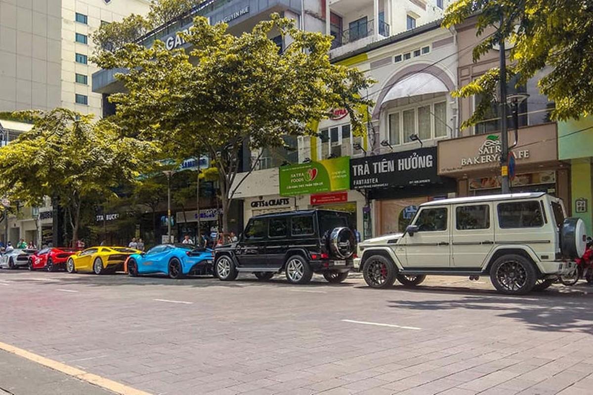 Dan sieu xe tram ty khoe dang truoc nha Cuong Do la-Hinh-4