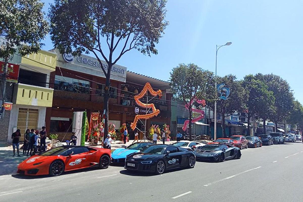 Dan sieu xe tram ty khoe dang truoc nha Cuong Do la-Hinh-7