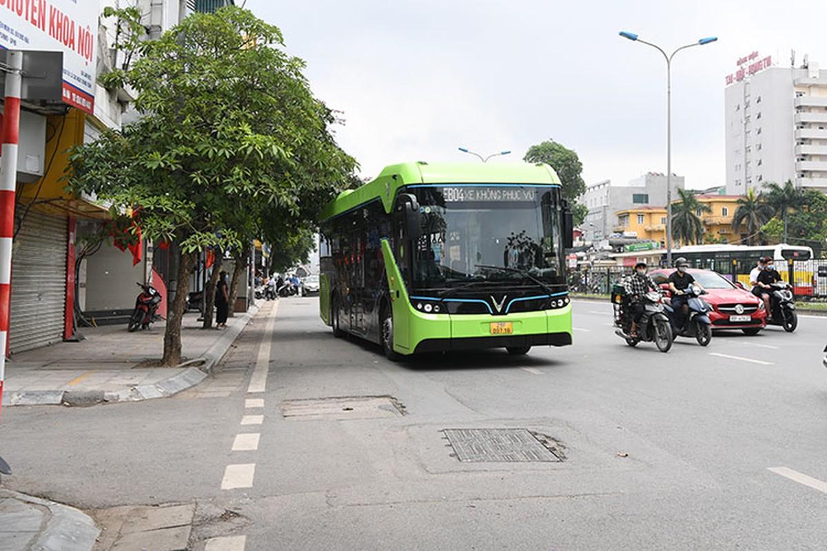 VinBus chay dien lan dau lan banh tren duong pho Ha Noi-Hinh-10