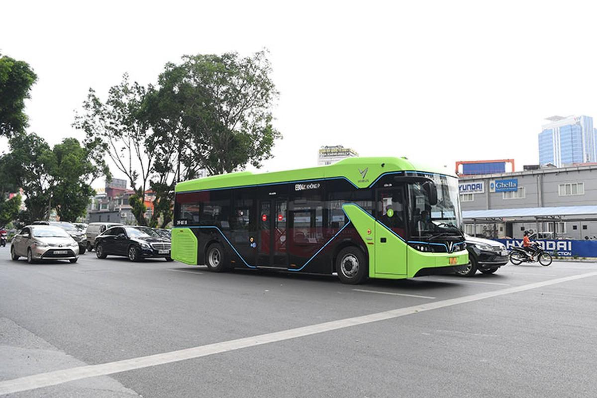 VinBus chay dien lan dau lan banh tren duong pho Ha Noi-Hinh-5