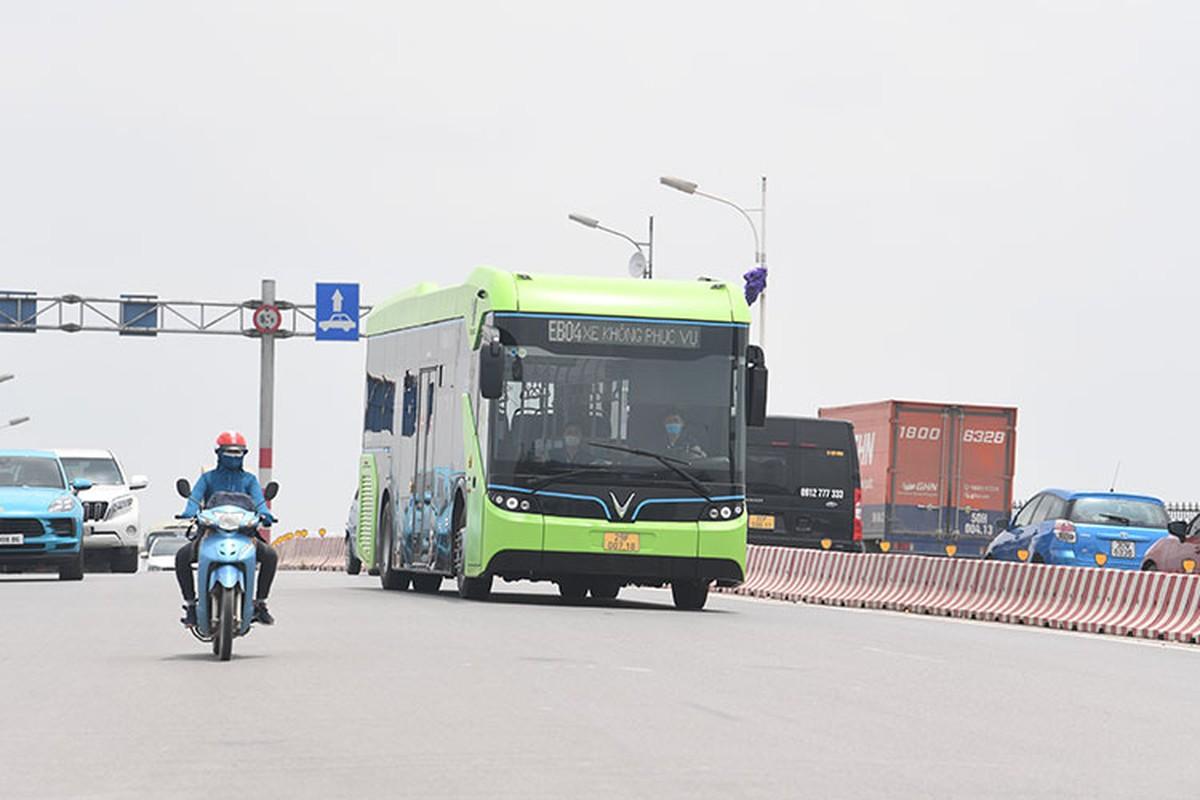 VinBus chay dien lan dau lan banh tren duong pho Ha Noi-Hinh-6