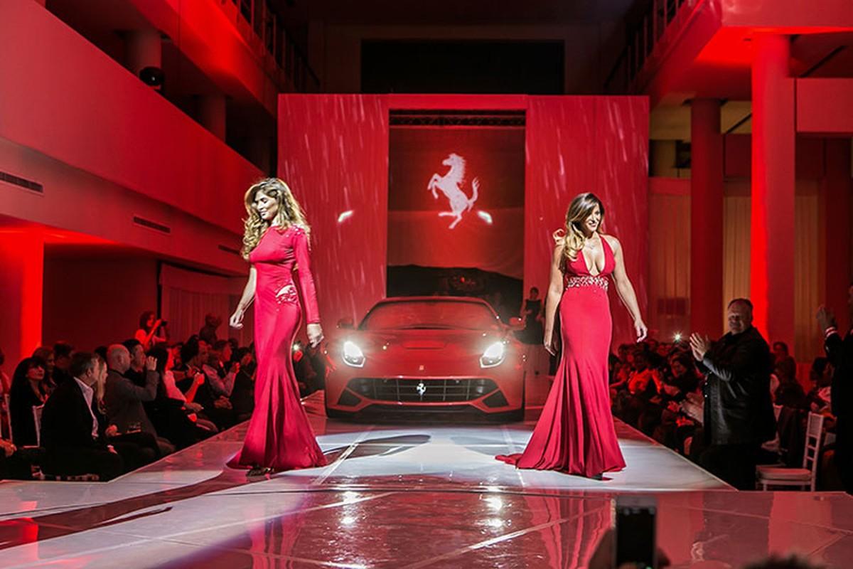 Hang sieu xe Ferrari ban quan ao, do an de sinh ton mua COVID-19?-Hinh-3