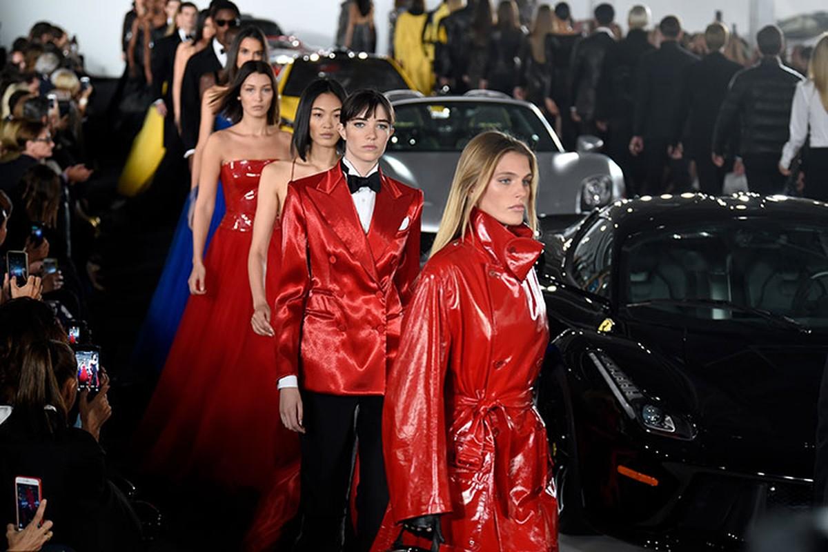 Hang sieu xe Ferrari ban quan ao, do an de sinh ton mua COVID-19?-Hinh-4