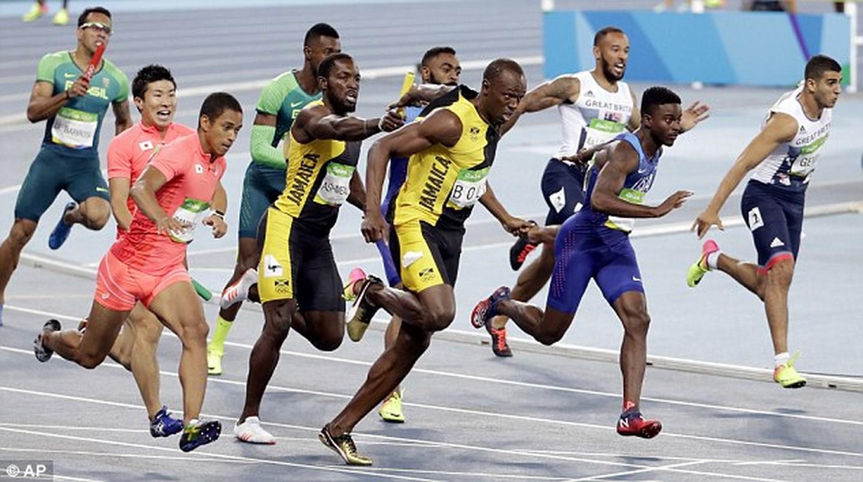 Lo anh Usain Bolt tinh tu voi nu sinh tai Brazil-Hinh-9