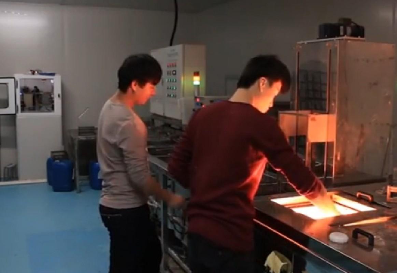 Can canh qua trinh san xuat mat kinh iPhone o Trung Quoc-Hinh-10