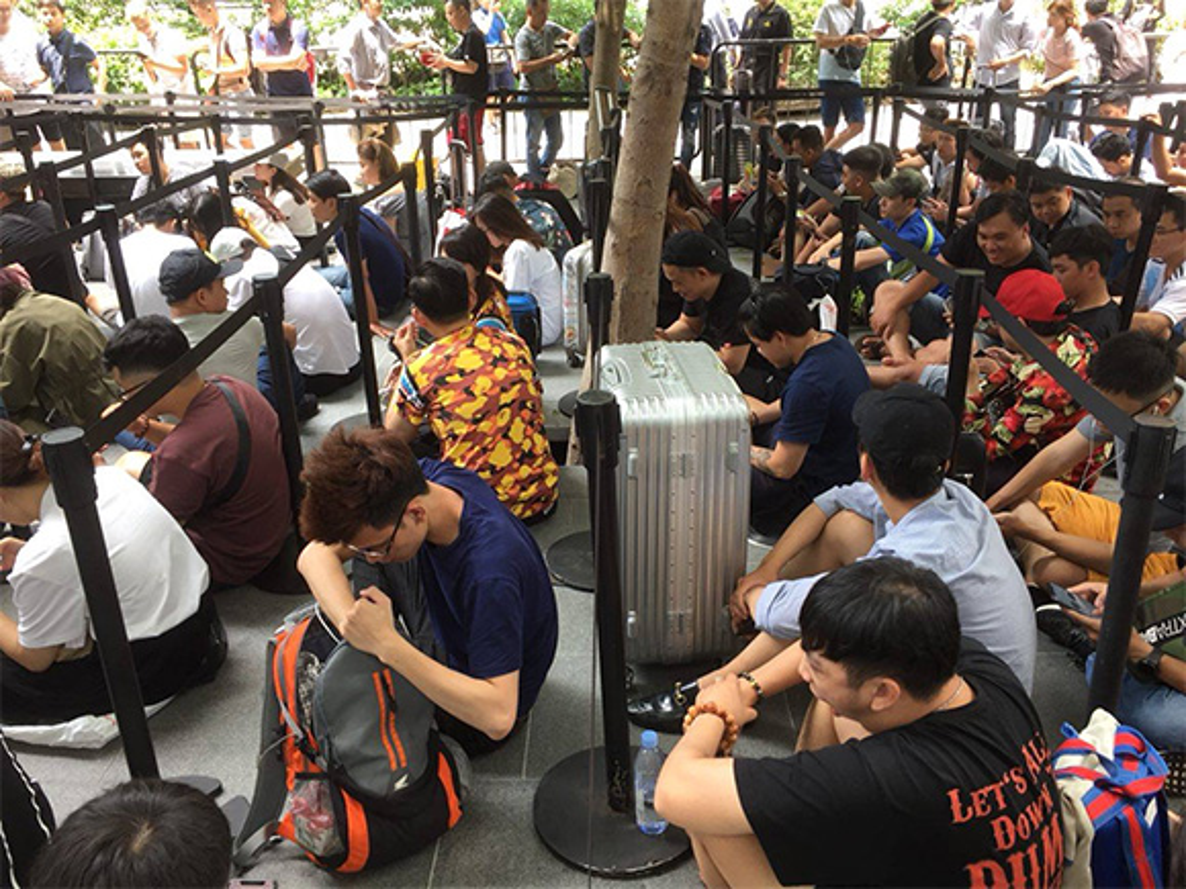 Nguoi Viet chen nhau xep hang o Singapore cho mua iPhone XS-Hinh-4