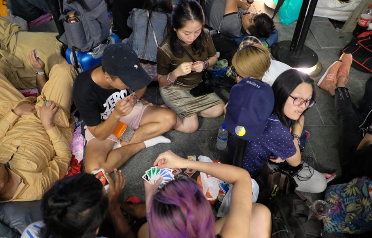 Nguoi Viet chen nhau xep hang o Singapore cho mua iPhone XS-Hinh-9