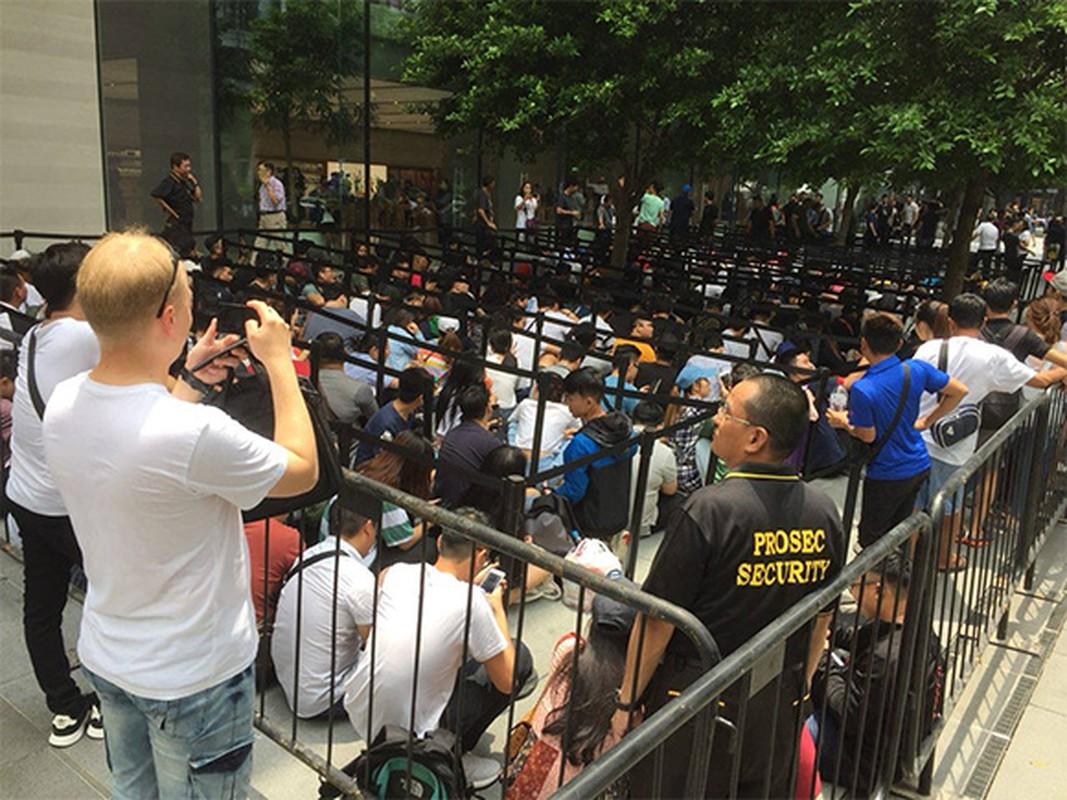 Nguoi Viet chen nhau xep hang o Singapore cho mua iPhone XS