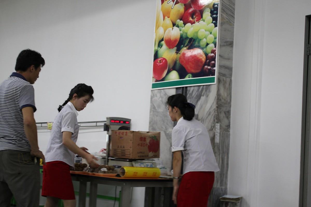 Ben trong sieu thi dau tien o Binh Nhuong cua Trieu Tien-Hinh-9