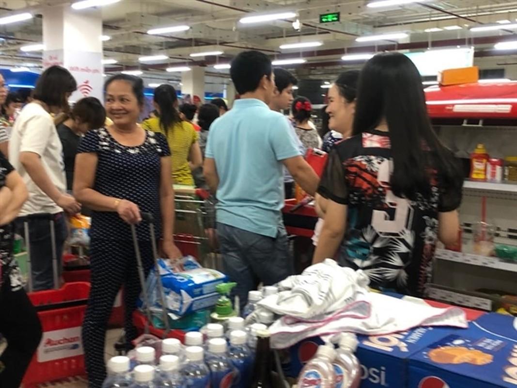 Phat hai voi hinh anh khach than nhien boc do an tai sieu thi Auchan sap dong cua-Hinh-12