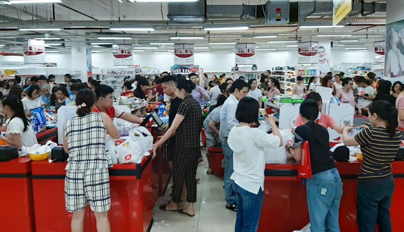 Phat hai voi hinh anh khach than nhien boc do an tai sieu thi Auchan sap dong cua-Hinh-2