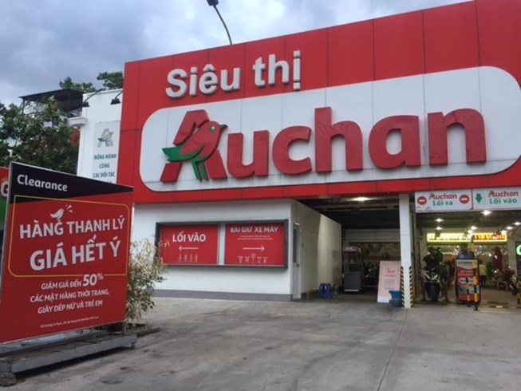 Phat hai voi hinh anh khach than nhien boc do an tai sieu thi Auchan sap dong cua