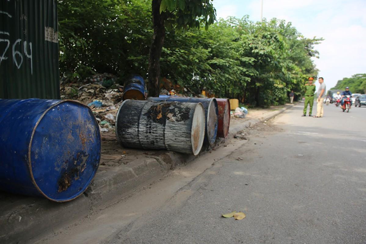 10 thung phuy nghi chat thai cong nghiep tren Dai lo Thang Long-Hinh-2