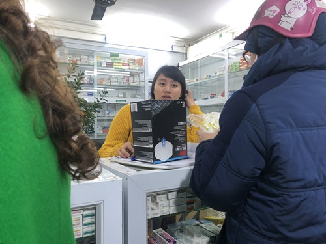 Nguoi dan un un di mua khau trang sau khi 3 nguoi Viet nhiem corona-Hinh-6