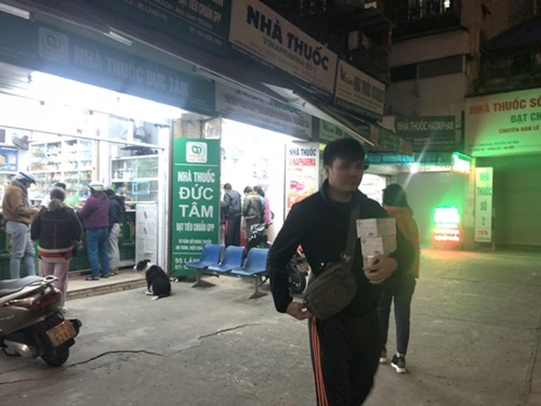 Nguoi dan un un di mua khau trang sau khi 3 nguoi Viet nhiem corona-Hinh-7