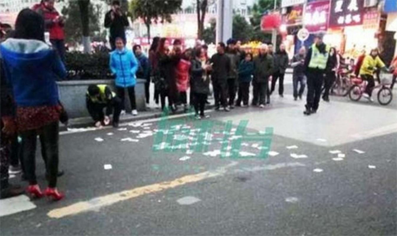 Choang vang nhung lan dai gia choi troi bang cach rai tien tren pho-Hinh-10