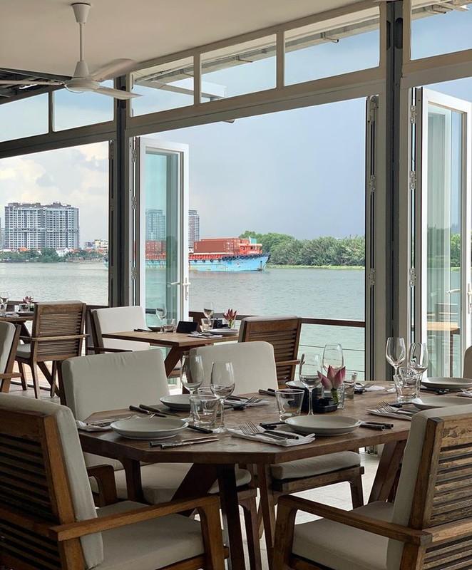 """Quan bar The Deck Saigon vinh danh tot nhat TG co """"menu"""" dat co nao?"""